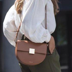 全场85折 封面经典OSLO包包收起来即将截止:DeMellier 梅根王妃信赖轻奢宝包包品牌 款式新潮白搭