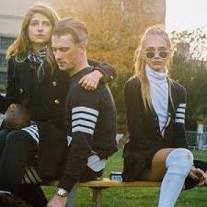 无门槛6折 €147收logo卡包黑五提前享:Thom Browne 全场热卖 收超A四条杠针织衫、卫衣