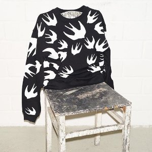 低至3折 $100+收经典燕子T恤、卫衣折扣升级:McQ 潮衫专场 男女款印花潮T$59,情侣款入手好时机
