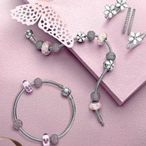 变相8折  串出你自己的个性手环!手慢无:Pandora  玫瑰金手链+任意2个配饰£129收
