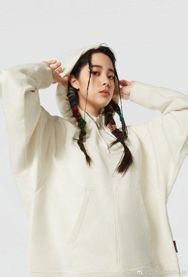 米白色连帽衫