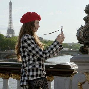 低至5折 €320收logo卡包Chanel 中古专场热卖 和《Emliy in Paris》女主一起学穿搭