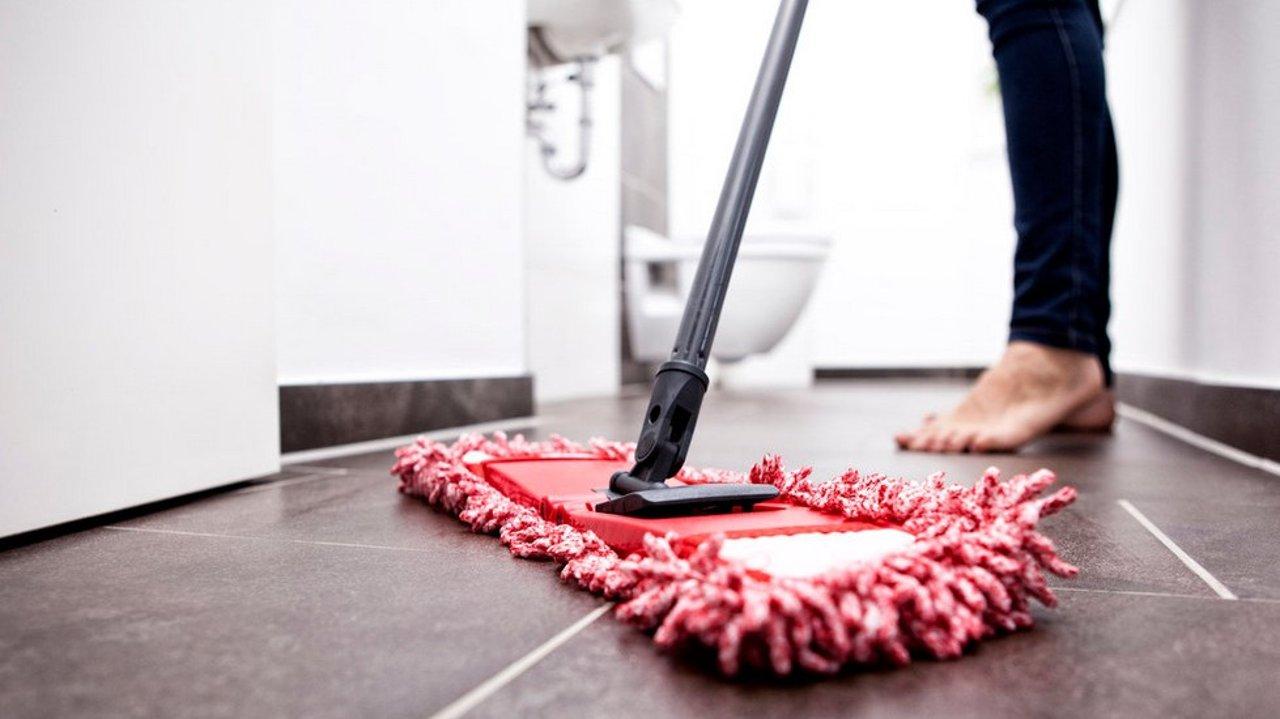 用这几个妙招清理凋落的头发,轻松告别浴室、地上、床上的烦恼丝!