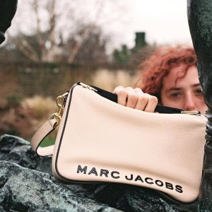 仅298 (原价$765)清仓价:Marc Jacobs 新款Soft Box粉色斜挎包 变相3.9折