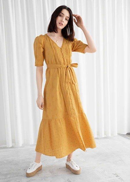 黄色镂空连衣裙