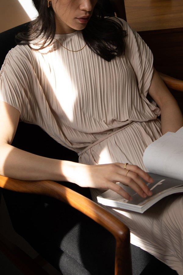 褶皱连衣裙