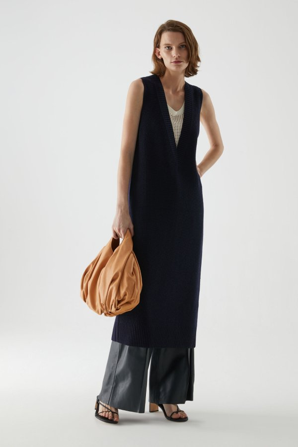 黑色V领连衣裙