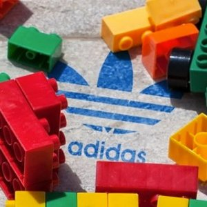 9月25日发售 定价€126.68新品预告:Adidas x Lego 限量合作鞋款ZX 8000 积木鞋盒 趣味十足