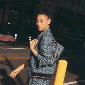 额外8.5折+免邮Coach Outlet 时尚服饰专场 漫威T恤$50,封面香布蕾夹克$152