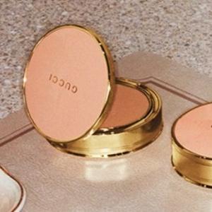 £46收+免邮+浅色补货!Gucci 最新玫瑰粉饼 英国震撼发售 复古金边自带滤镜