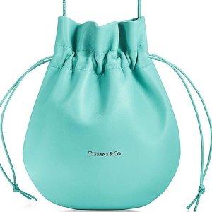 皮革系列包包 美金$200起Tiffany 竟然要推出包包啦 让女孩们尖叫的梦幻蓝 它来咯