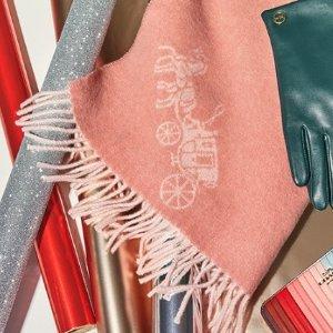 低至2.5折 羊毛款$56Coach Outlet 专柜款围巾 羊绒款$67.5 (原价$225) 收新年红