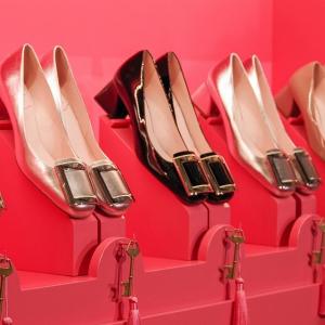 无门槛5折 £232收黑色麂皮方扣高跟鞋Roger Vivier 夏日超好大促 各式各色方扣美鞋均参与