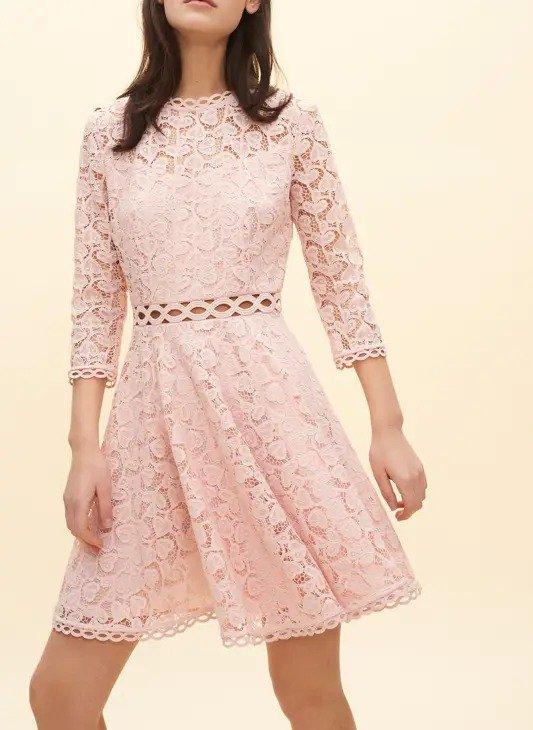 粉色镂空连衣裙