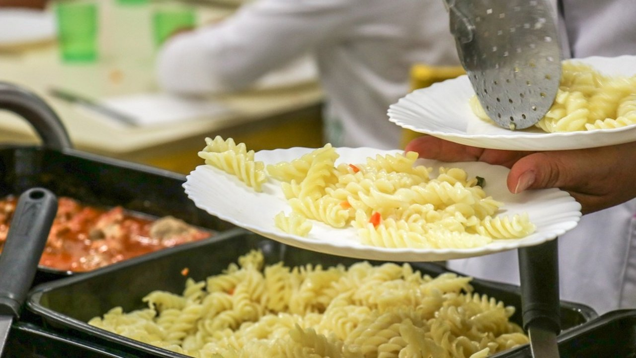 法国食堂里都能吃到些什么菜?| 留法必备,4€不到就可以吃到简式法餐?