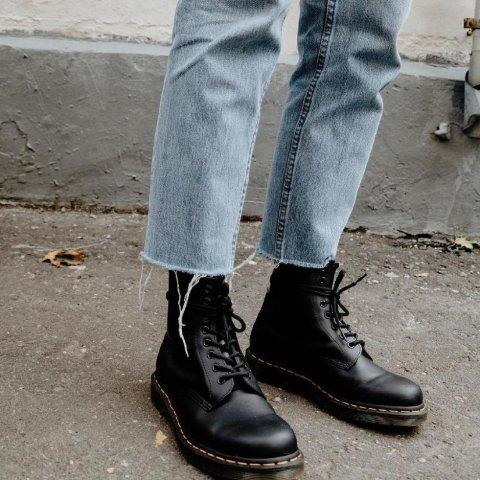 3.9折起  头以下全是腿Dr.Martens 马丁靴 $135收1460经典8孔马丁靴 收明星同款