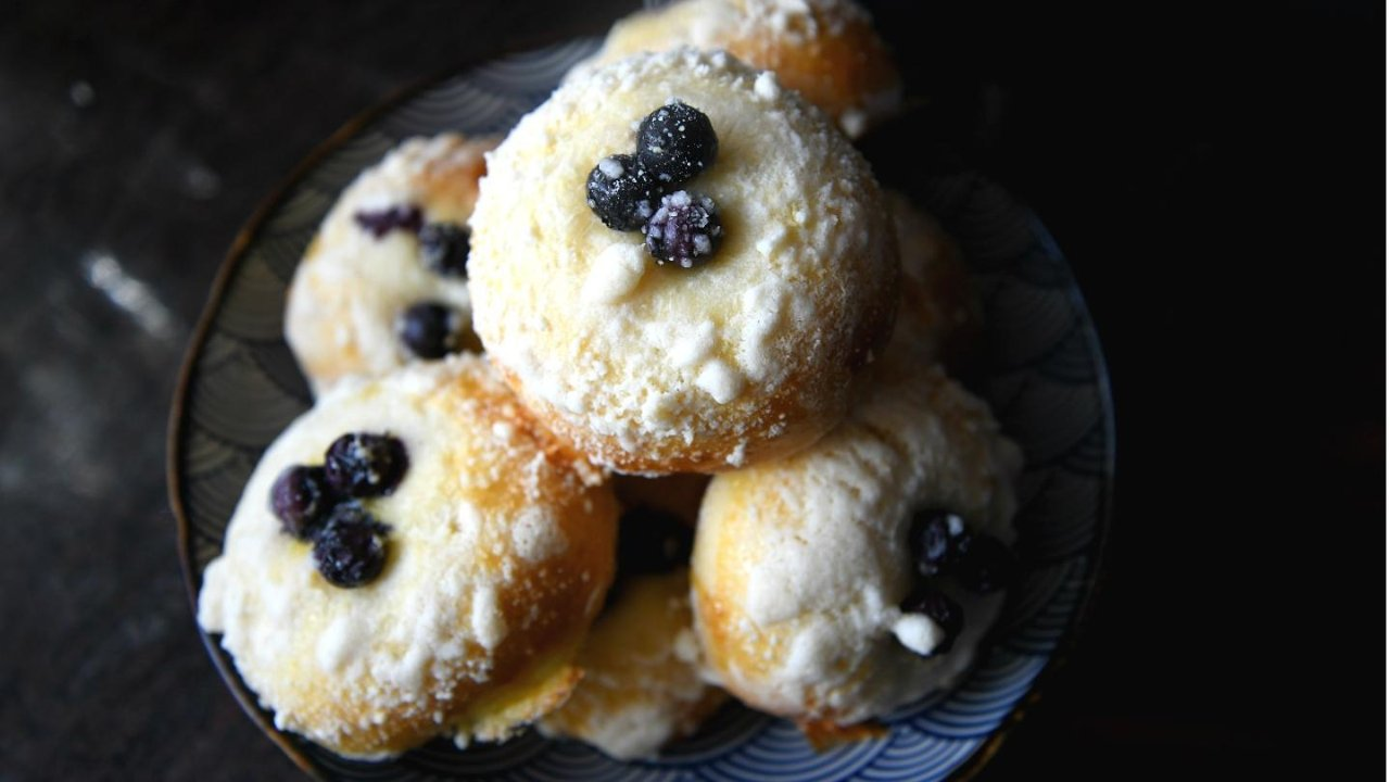 松软鲜甜的蓝莓酥粒爆浆面包,定格蓝莓果的味道