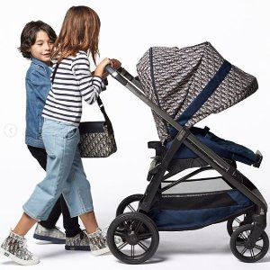 售价£2800起 贵妇新宠新品速递:Dior 首款老花婴儿车 时髦宝宝赢在起跑线