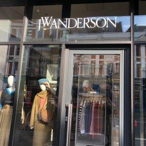 帮你还原一个经典款之外的JWJW Anderson伦敦探店之行 新款Logo包实物如何?全新联名有哪些?戳进来看看吧