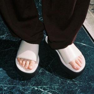 低至9折OSOI 夏季凉鞋大促 极简风厚底凉鞋$300