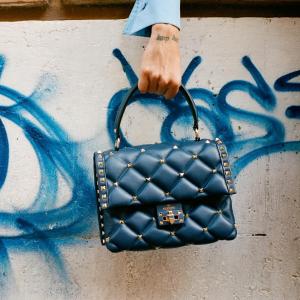 额外8.8折+3%返点,封面新款折上折Valentino 铆钉元素美包、美鞋热卖