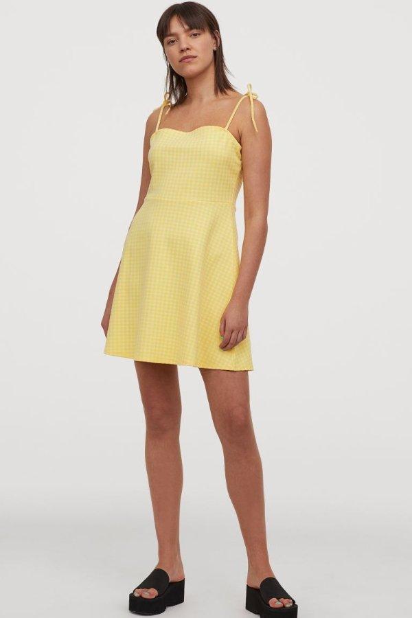 黄色细格纹吊带连衣裙