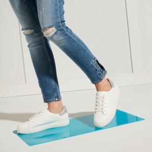 亮尾小白鞋