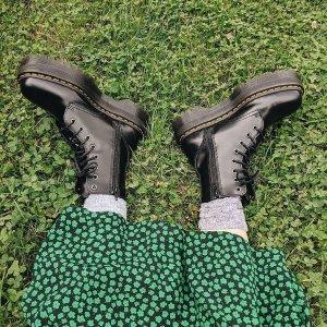 低至7折 黑色黄线8孔$189Dr Martens官网 马丁靴折扣上新 限量款加入