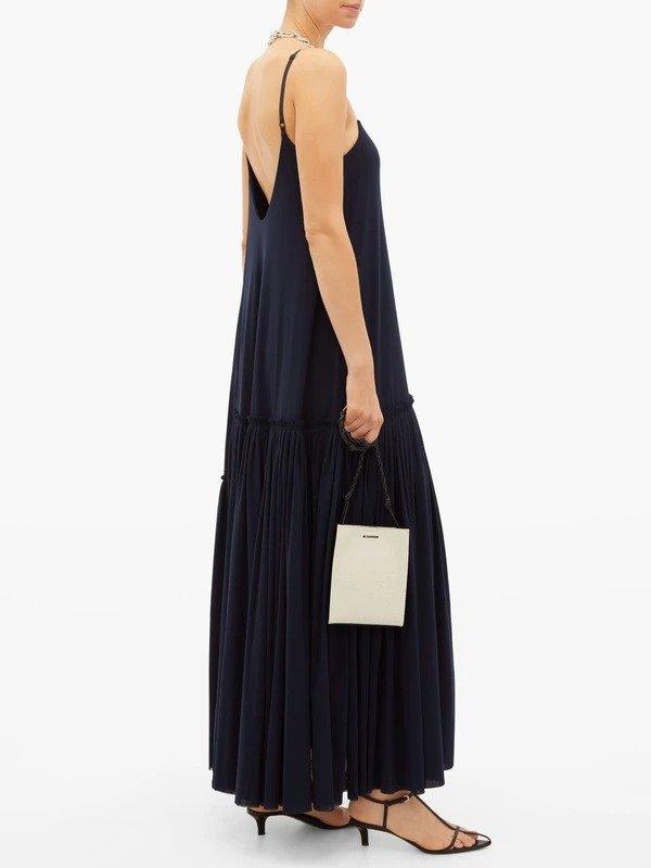 黑色吊带连衣裙