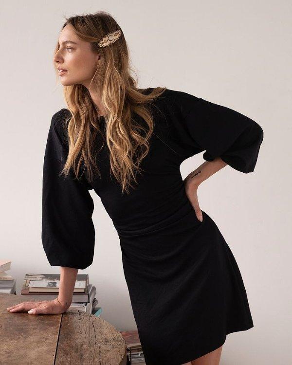 Bianca 露背小黑裙