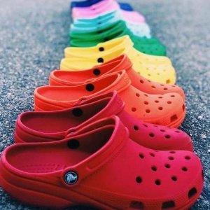 低至3.6折+全场7.5折Crocs官网 Family Day 全场折扣升级 收冬季毛绒洞洞鞋