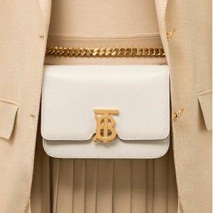 最高送$600礼卡+新人8.5折Burberry 专场热卖 好时机入新Logo美包,经典羊绒围巾,双肩包