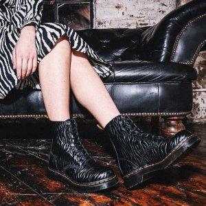 Dr Martens斑马纹8孔马丁靴