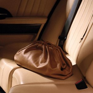 定价优势 只需预付部分定金Bottega Veneta 美包上新热卖  收时尚博主最爱云朵包