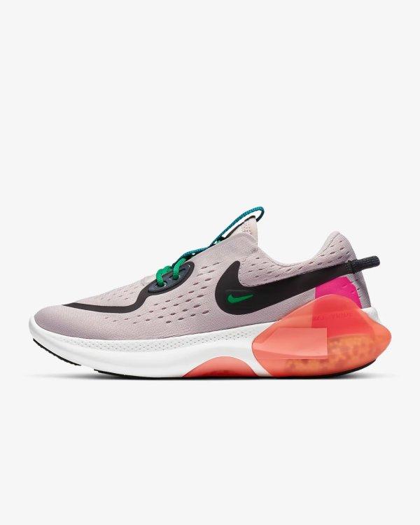 粉色网格运动鞋