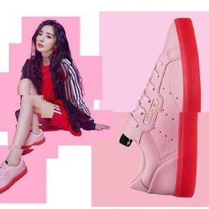全部5折 杨幂同款SLEEK 运动鞋€44.98Adidas粉色专区 穿上粉色的运动装也是活力满满 又酷又可爱