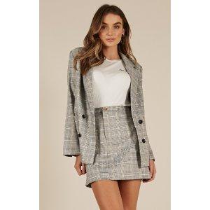 灰色格子西装外套