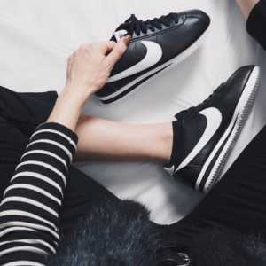"""$52.97(原价$70) + 免邮,码全Nike 爆款黑白女款""""阿甘鞋""""促销,球鞋也能很性感"""