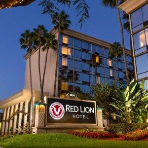 $63 免费停车 出门就是迪士尼乐园加州阿纳海姆 Red Lion 4星酒店 17岁及以下儿童入住免费