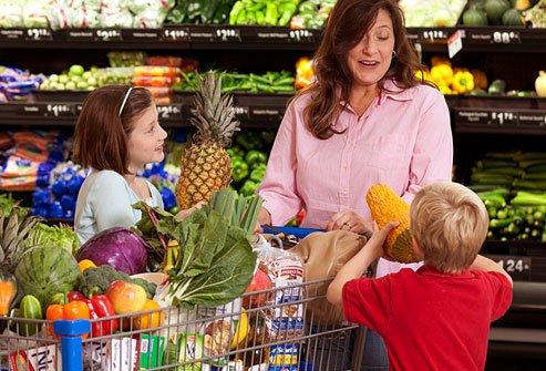 Majka i deca kupuju voće i povrće