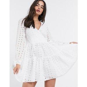 白色点点迷你裙