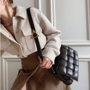 定价优势 牛皮编织卡包$245牛年好礼:Bottega Veneta 精致实用 经典黑枕头包直降$850