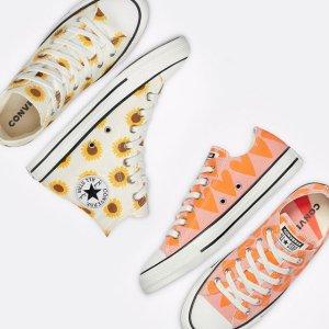 新款首降5折起 向日葵帆布鞋£29Converse 夏季大促开启 抢经典夏日印花鞋履、服饰