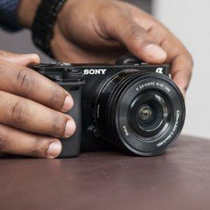 现价 £449(原价£750)Sony a6000 相机