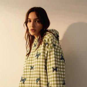 2.5折起 £21收蝴蝶卫衣上新:Urban Outfitters 卫衣大促 蝴蝶、小雏菊元素 甜酷女孩必备