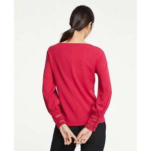 红色长袖上衣