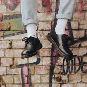 低至6折 1461银色平底鞋€84收Dr.Martens 马丁靴大促  收经典1460马丁靴、切尔西靴