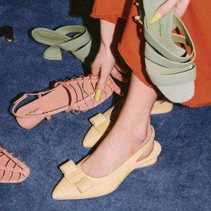 低至2.5折 老花丝绸围巾$249Salvatore Ferragamo 时尚特卖 人手必备蝴蝶结单鞋$329