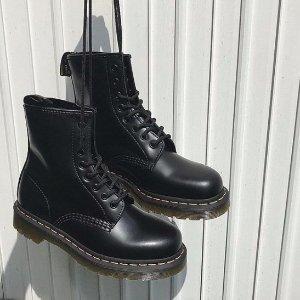 $139 (原价$200)Dr. Martens 1460 经典款8孔 亮皮马丁靴