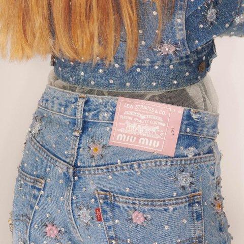 牛仔服融入水晶装饰预告:Miu Miu x Levi's 合作推出Upcycled系列 可可爱爱
